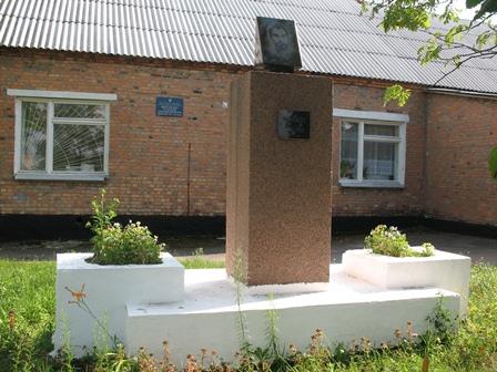 Памятник Щорсу возле школы