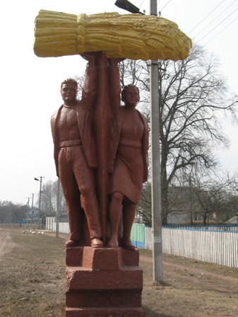 Статуя при въезде в с.Ушомир