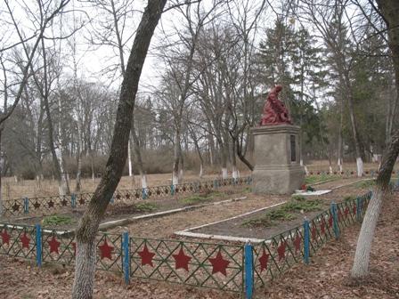 Братская могила в парке, с.Ушомир