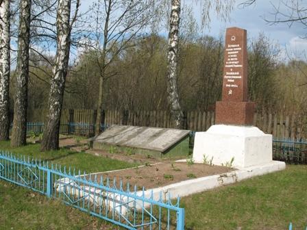 Братская могила на территории церкви с.Злобычи