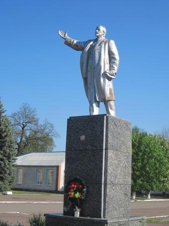 пгт. Народычи - один из немногочисленных сохранившихся памятников ленину