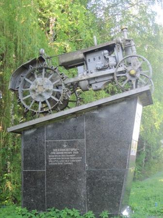 Памятник одному из первых тракторов в с.Селец
