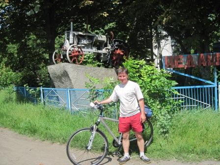 Памятник первому трактору с.Недашки