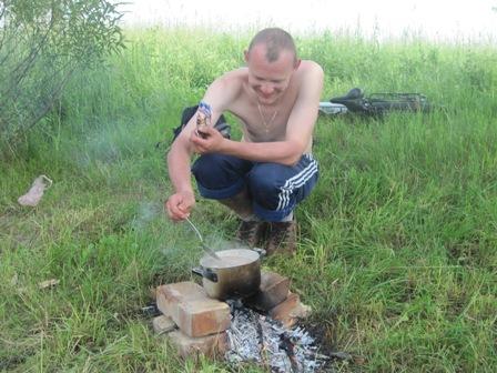 Серёга готовит запоздалый обед/ранний ужин