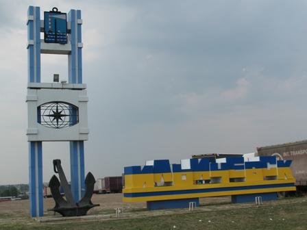 Знак въезда в Ильичёвск в национальных цветах